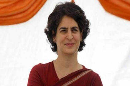 priyanka gandhi making his election campaign during his train journey